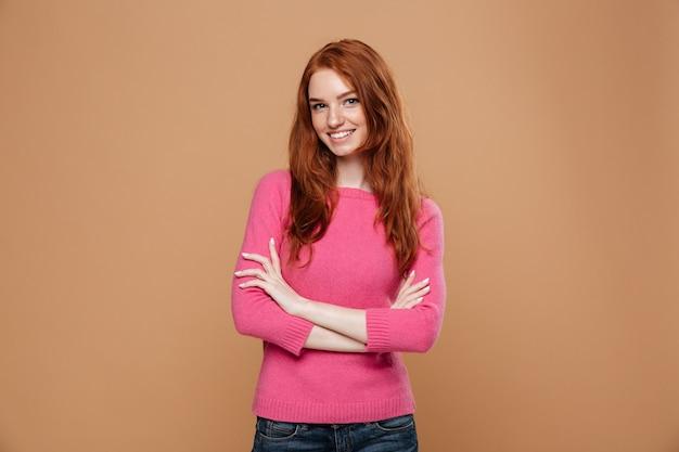 Retrato de uma jovem ruiva sorridente Foto gratuita