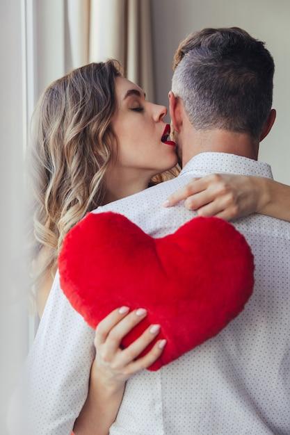 Retrato de uma jovem sensual, segurando o namorado, conceito de dia dos namorados Foto gratuita
