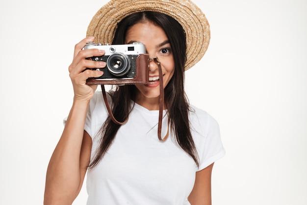 Retrato de uma jovem sorridente em pé de chapéu Foto gratuita