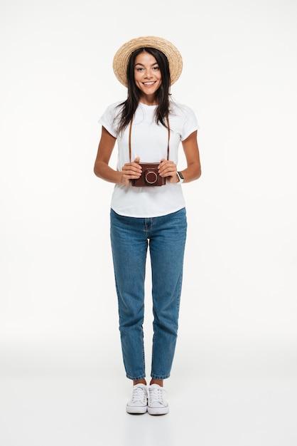 Retrato de uma jovem sorridente no chapéu Foto gratuita