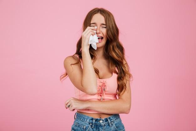 Retrato de uma jovem triste em roupas de verão Foto gratuita