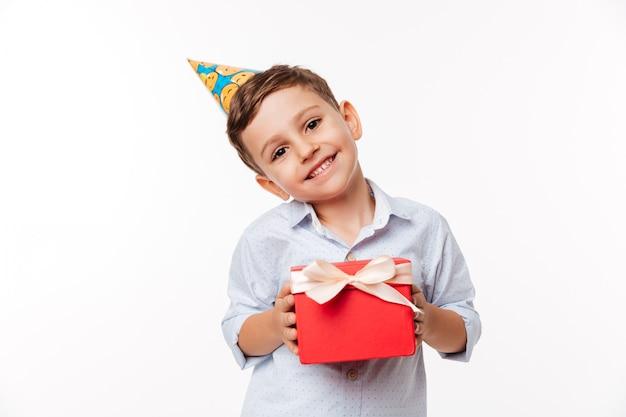 Retrato de uma linda criança fofa no chapéu de aniversário Foto gratuita