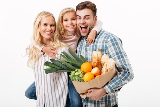 Retrato de uma linda família segurando a sacola de papel Foto gratuita