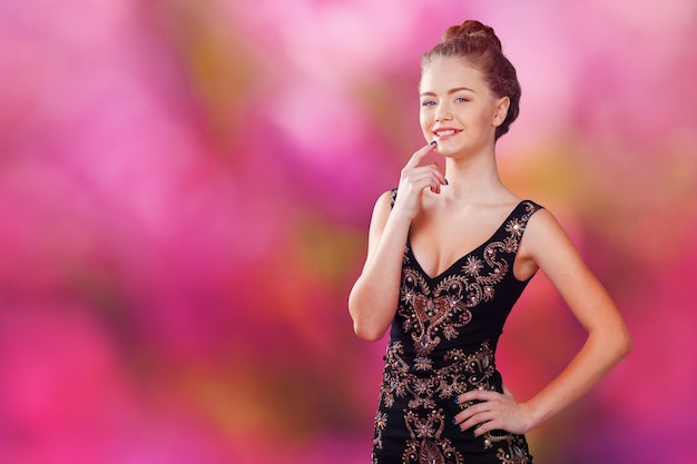 Retrato de uma linda jovem loira de vestido preto Foto Premium