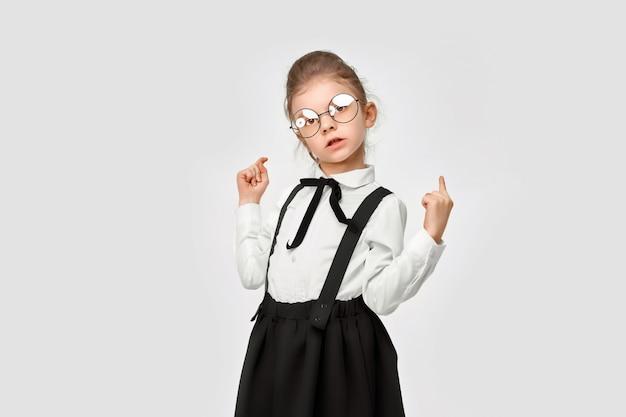 Retrato de uma linda linda garota de uniforme escolar Foto Premium