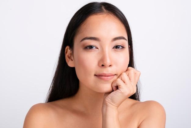 Retrato de uma linda mulher asiática com pele clara Foto gratuita