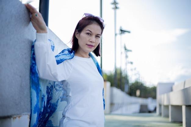 Retrato de uma linda mulher asiática de 40 anos na praia. Foto Premium