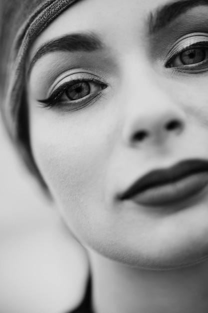 Retrato de uma linda mulher caucasiana no turbante com batom escuro no telhado. preto e branco. Foto Premium