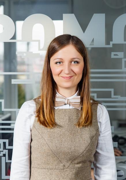 Retrato de uma linda mulher de negócios sorridente. Foto Premium