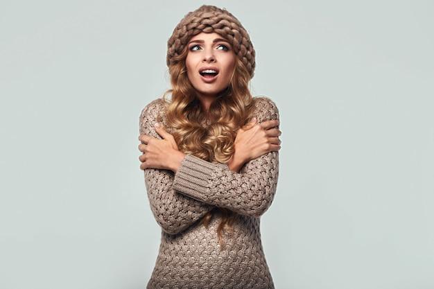 Retrato de uma linda mulher loira sorridente na camisola Foto Premium