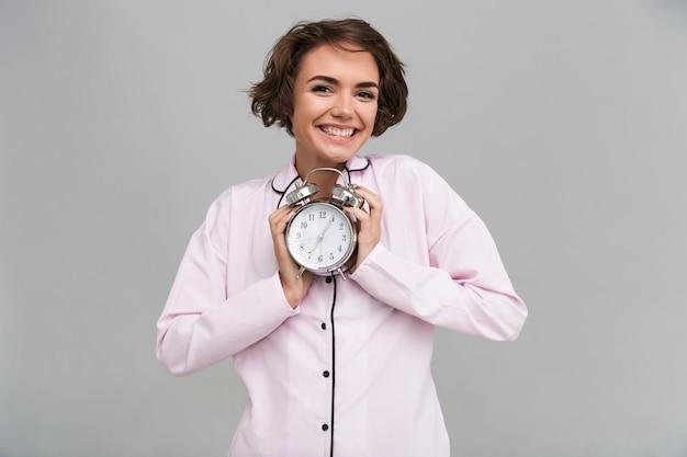 Retrato de uma linda mulher sorridente de pijama Foto gratuita