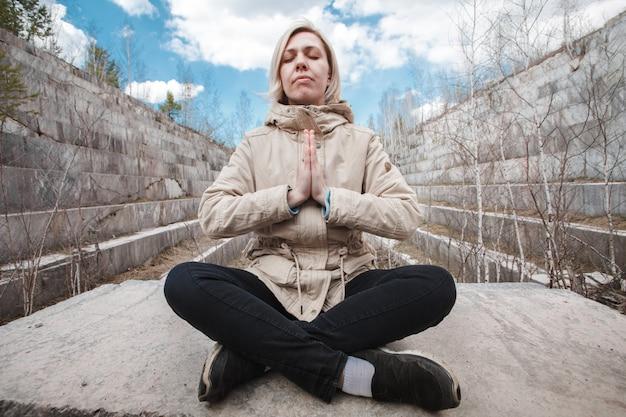 Retrato de uma loira meditando ao ar livre Foto Premium