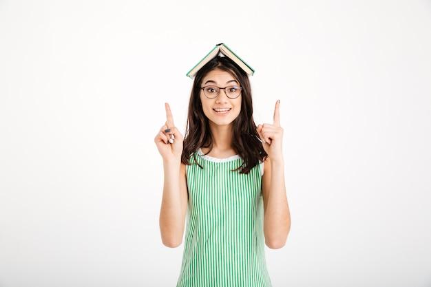Retrato de uma menina alegre em vestido e óculos Foto gratuita