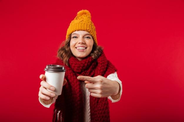 Retrato de uma menina alegre, vestido com chapéu de inverno Foto gratuita