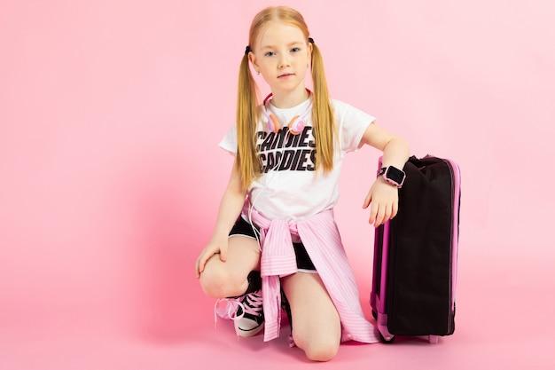 Retrato de uma menina bonita de bermuda, camiseta e tênis altos. Foto Premium