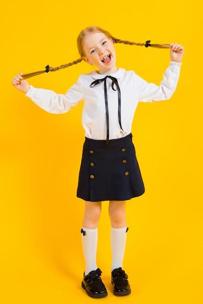 Retrato de uma menina bonita em uma blusa branca e saia preta. Foto Premium
