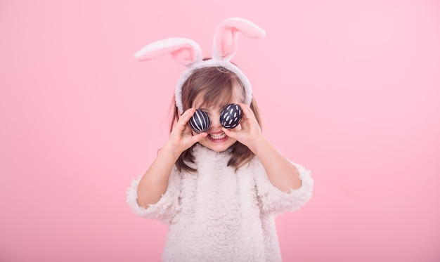 Retrato de uma menina com orelhas de coelho e ovos de páscoa Foto gratuita