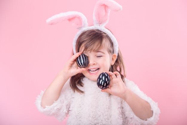 Retrato de uma menina com orelhas de coelho e ovos de páscoa Foto Premium