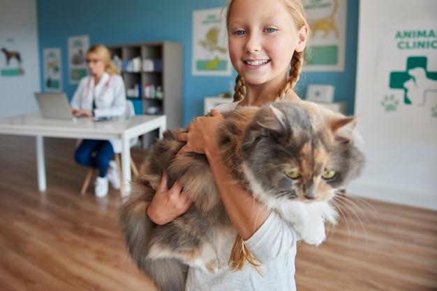Retrato de uma menina com seu gato Foto gratuita