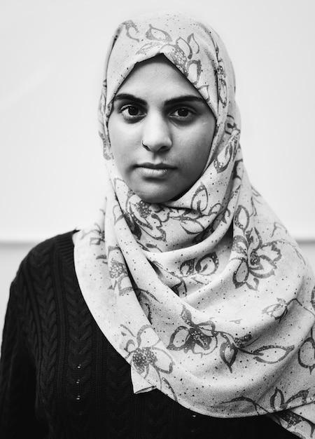 Retrato de uma menina muçulmana Foto gratuita