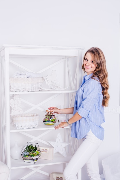 Retrato de uma menina no interior, florários no interior, soluções interiores, negócios e casa Foto Premium