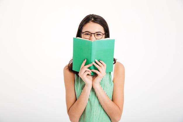 Retrato de uma menina sorridente em vestido e óculos Foto gratuita