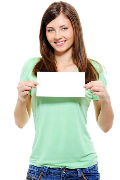 Retrato de uma mulher adulta jovem e atraente segurando um cartão em branco Foto gratuita