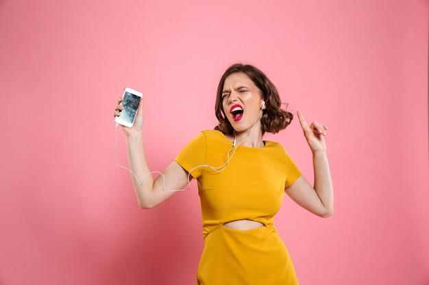 Retrato de uma mulher alegre em vestido e maquiagem Foto gratuita