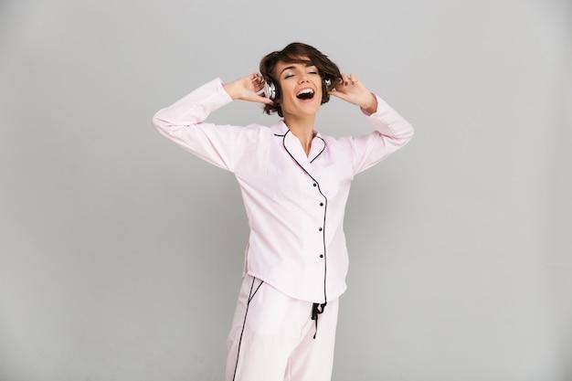Retrato de uma mulher alegre sorridente de pijama Foto gratuita