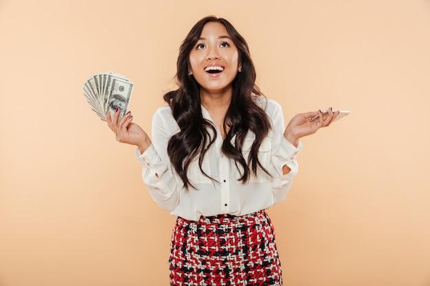 Retrato de uma mulher asiática feliz Foto gratuita