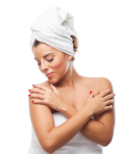Retrato de uma mulher bonita após um banho Foto gratuita
