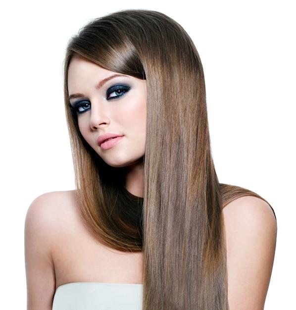 Retrato de uma mulher bonita com cabelos longos e lisos e olhos lindos - espaço em branco Foto gratuita