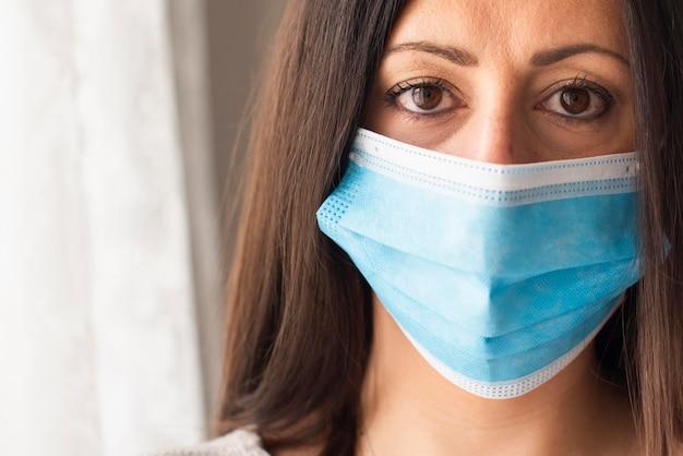 Retrato de uma mulher bonita com máscara médica Foto gratuita