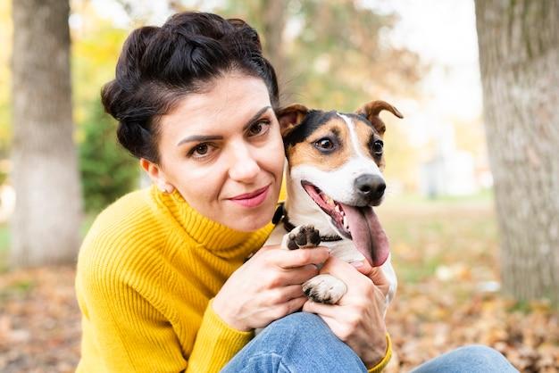 Retrato de uma mulher bonita com seu cachorro Foto gratuita