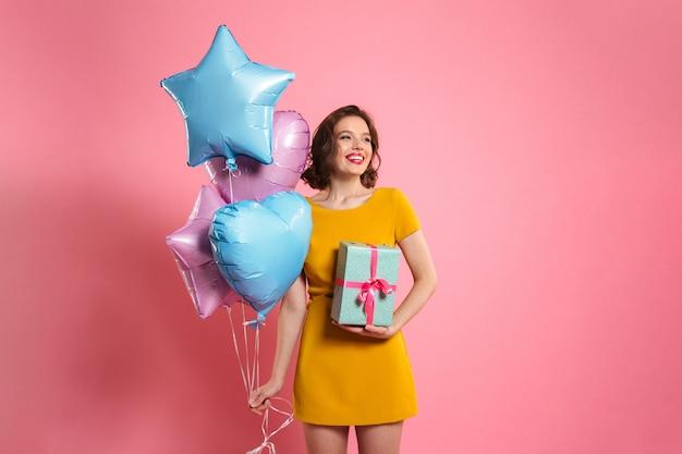 Retrato de uma mulher bonita feliz no vestido Foto gratuita