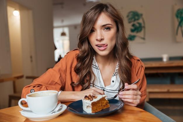 Retrato de uma mulher com fome comendo Foto gratuita
