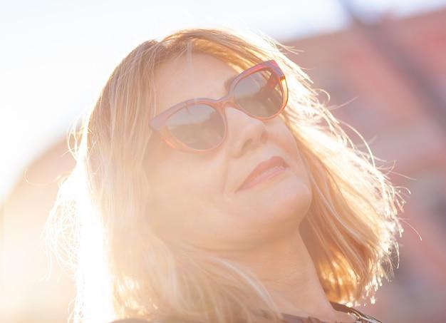 Retrato de uma mulher com óculos de sol vermelhos. Foto Premium