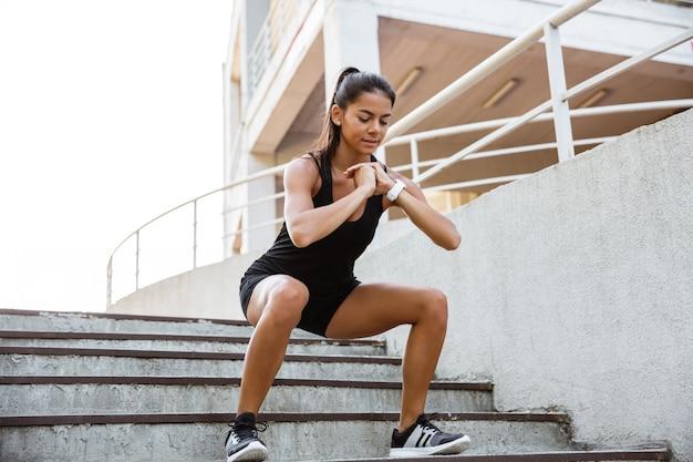 Retrato de uma mulher confiante fitness Foto gratuita