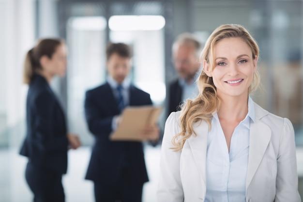 Retrato de uma mulher de negócios confiante Foto gratuita