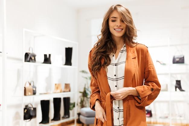 Retrato de uma mulher feliz de compras Foto gratuita