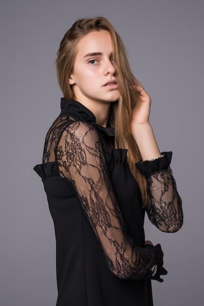 Retrato de uma mulher glamourosa com vestido de renda preta elegante Foto gratuita