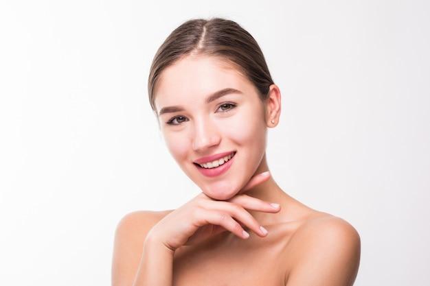 Retrato de uma mulher linda com uma pele perfeita na parede branca Foto gratuita