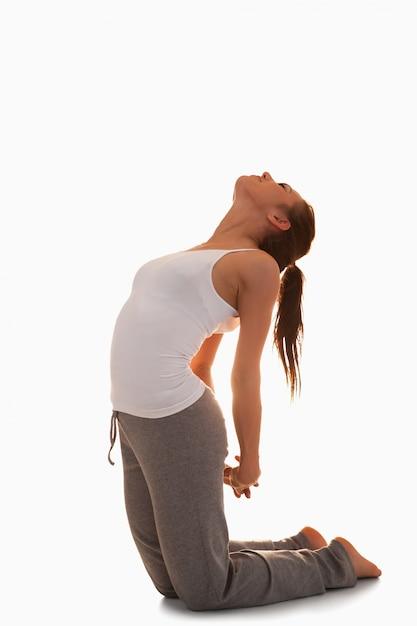 Retrato de uma mulher na posição ustrasana Foto Premium