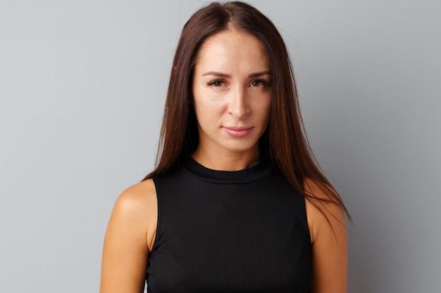Retrato de uma mulher olhando louca e decepcionada Foto Premium