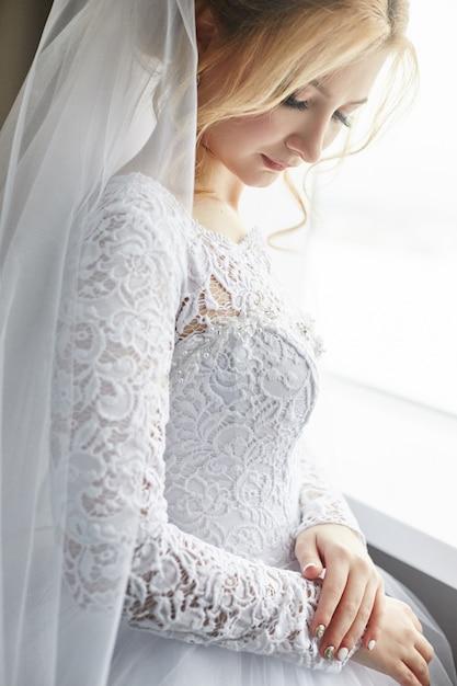 Retrato de uma noiva em um vestido de noiva branco chique Foto Premium