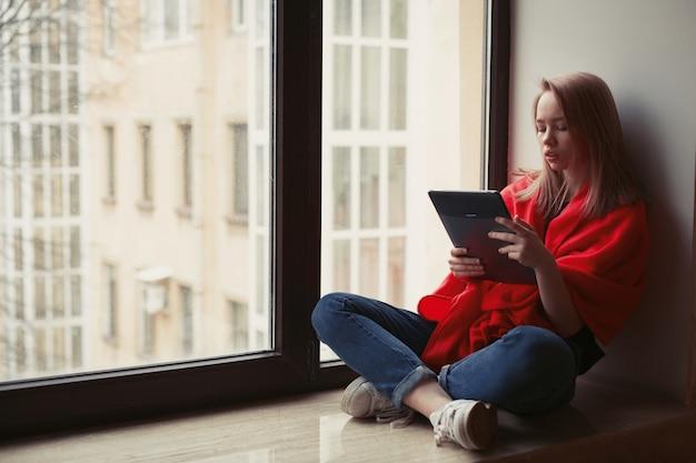 Retrato de uma rapariga que lê um ebook. Foto Premium