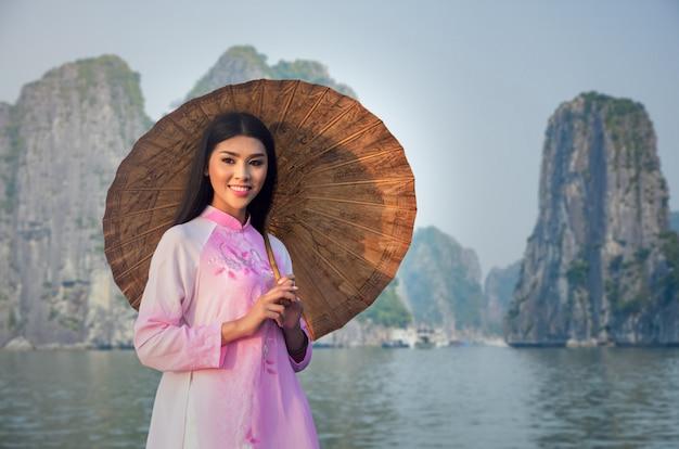 Retrato, de, vietnamita, menina tradicional, vestido, em, halongbay, vietnã Foto Premium