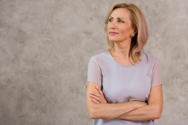 Retrato de vista frontal da mulher sênior com espaço de cópia Foto gratuita