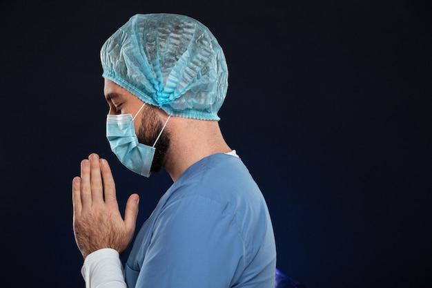 Retrato de vista lateral de um jovem cirurgião masculino Foto gratuita
