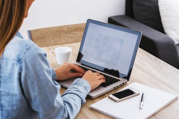 Retrato de vista traseira de uma empresária casual trabalhando no laptop no escritório Foto Premium